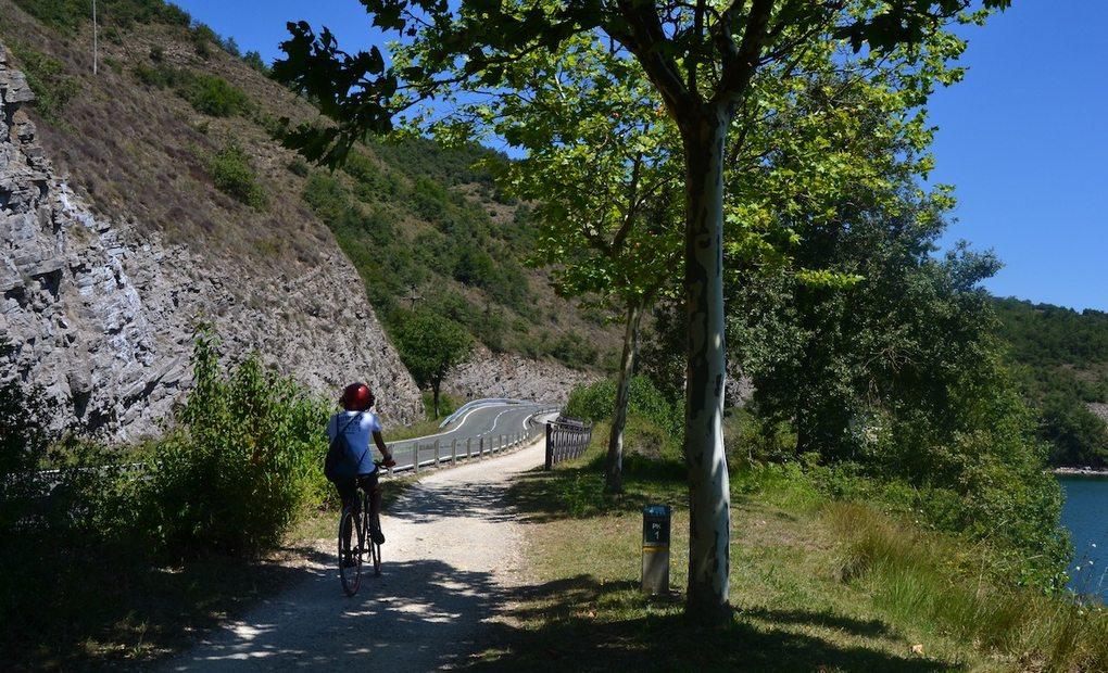 Con la bici por la senda del parque provincial de Garaio, en Vitoria. Foto: Júlia Manresa