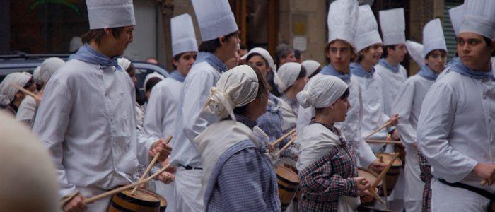 Cocineros con sus barriles durante la tamborrada / Flickr Estitxu Carton