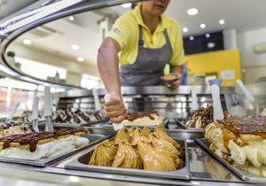 Dependienta de la heladería Kalúa sirviendo un helado. Foto:David de Luis