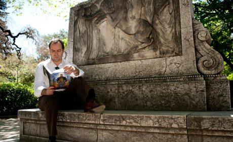 Apertura_El novelista Javier Sierra leyendo. Foto: Facebook