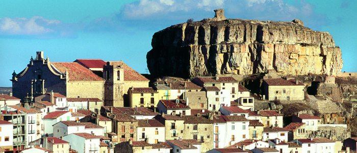 Ares del Maestre, al pie de la roca con los restos de su antiguo castillo