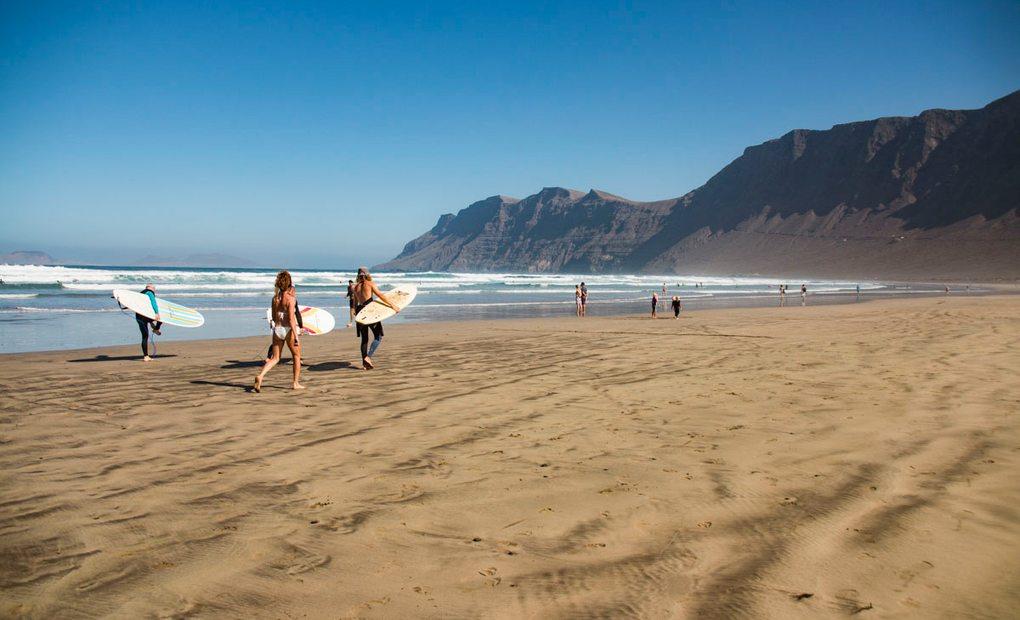 Surf en Lanzarote: lugares más importantes (Islas Canarias)   Guía Repsol