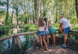 Familia en el mirador de la laguna del río Huéznar. Foto: Javier Sierra