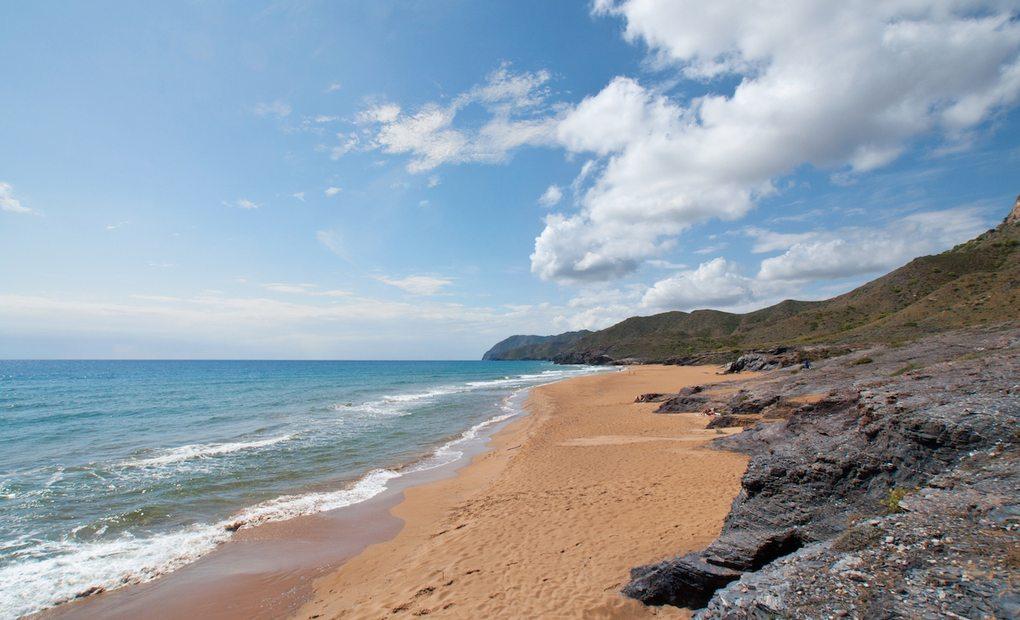 Playa de arena dorada del parque regional de Calblanque. Foto:Shutterstock