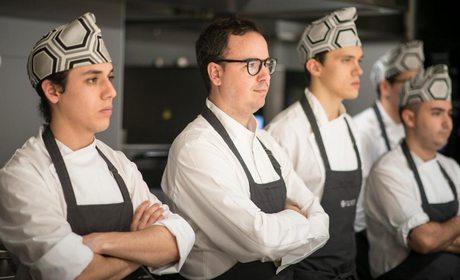 Paco Morales junto a su equipo, en el restaurante Noor.