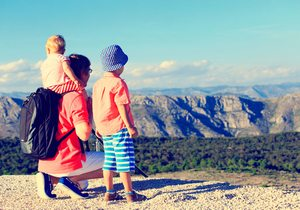 Padre e hijo en la montaña. Foto: shutterstock