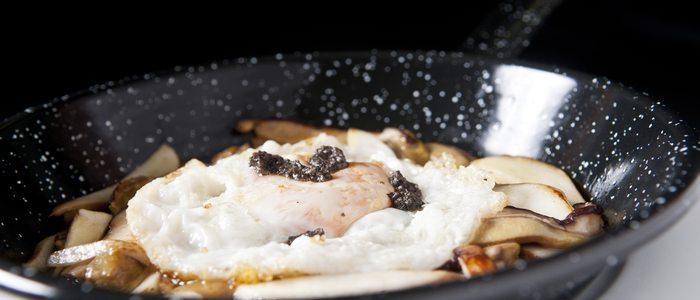 Sartén de boletus, huevo y trufa