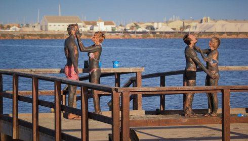 Dos parejas con envolturas de barro en San Pedro del Pinatar. Murcia. Foto: Sergio González
