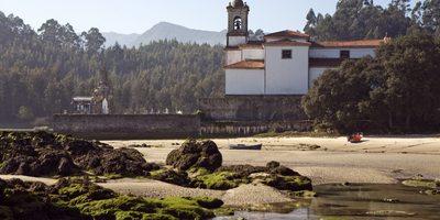 Cementerio de Niembro desde la playa