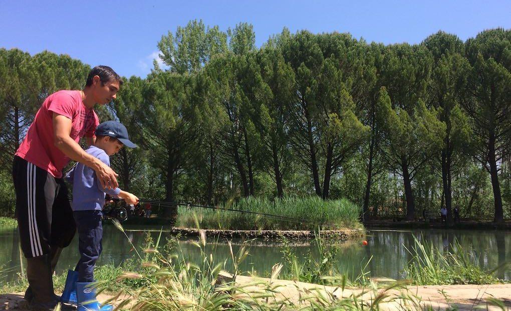 Aprendiendo a pescar. Foto: Joana Saldón