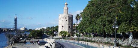 La Torre del Oro, asomada al Guadalquivir