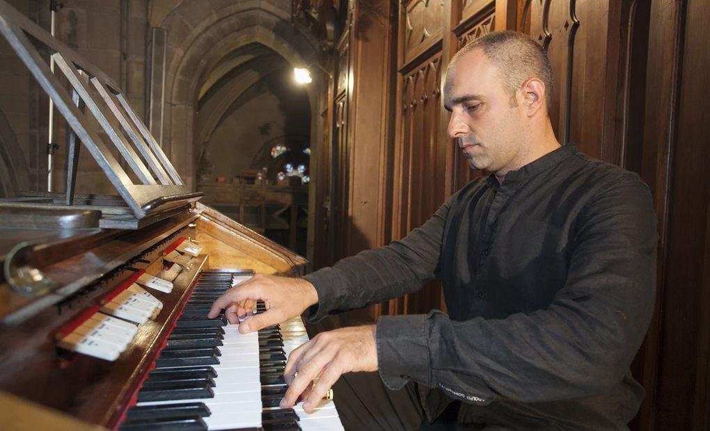 Juan de la Rubia tocando el órgano centenerio de Torrelavega, en la iglesia de la Asunción, Cantabria. Foto: José García