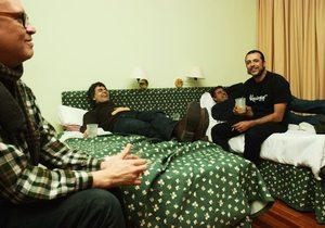 En las camas del alojamiento. Componentes de Siniestro Total