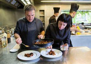 La chef Fina Puigdevall emplatando junto a uno de sus cocineros en Les Cols, Olot (Girona). Foto: Kristin Block