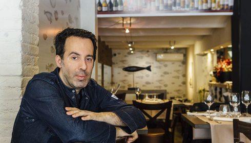 Retrato Adelf Morales con restaurante Topik al fondo. Foto: César Cid