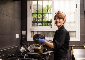 Tamara haciendo pruebas en su cocina. / Foto: Okashi Sanda