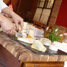 La tabla de quesos debe organizarse siguiendo el sentido de las agujas del reloj, desde los más suaves y blandos hasta los azules
