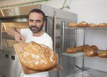 Sacando un pan con la pala, plano más abierto. Foto: José García