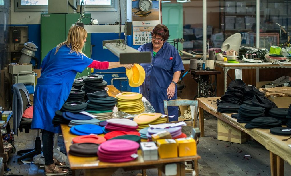 Preparando boinas de colores en 'Boinas Elosegui'. Foto: Alfredo Cáliz