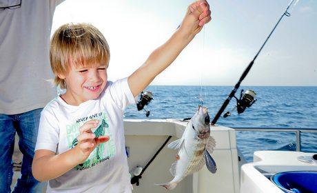 Pesca con niños en Puerto Banús (Marbella) | Guía Repsol