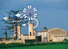 Molinos de viento en las tierras del interior de Mallorca