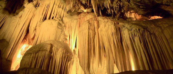 Formaciones de estalactitas en la gruta de las Maravillas