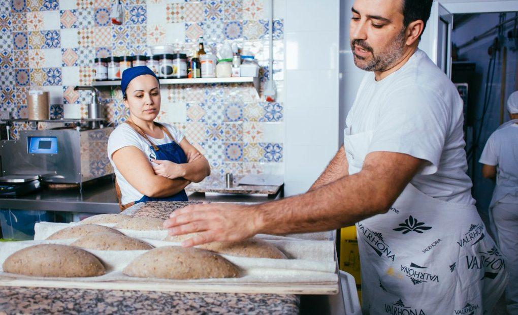 Alexis García preparando pan con su mujer Marlene Hernández, de 100% Pan y pastelería. Foto: Rocío Eslava