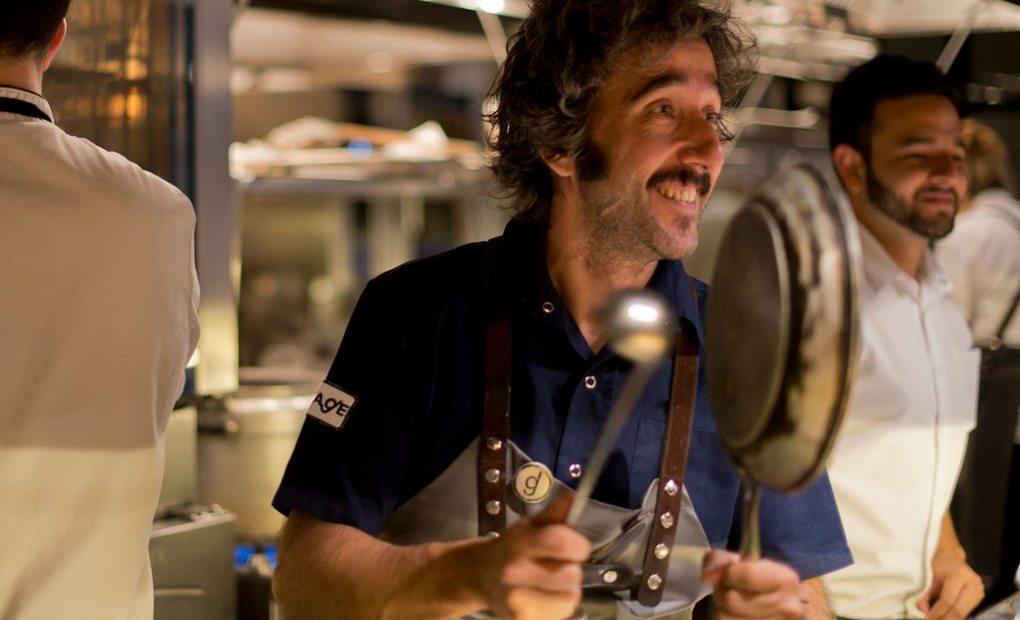 Diego Guerrero con sus herramientas de trabajo en el restaurante DSTAgE. Foto: Sofía Moro