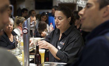 Marga, atendiendo a los clientes. Bar Gaucho, Pamplona. Fotos: Garikoitz Díaz.