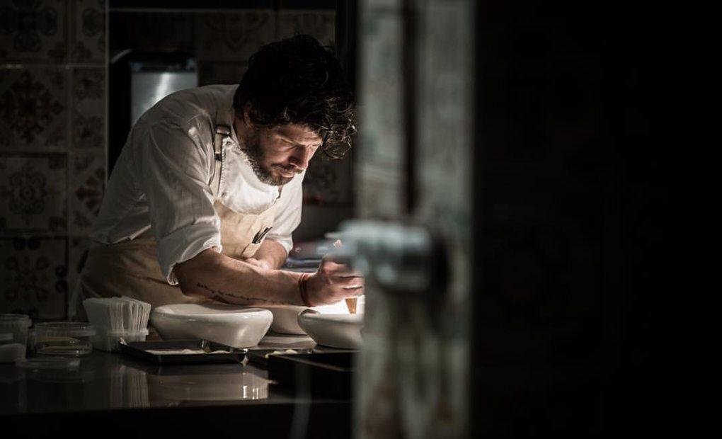Amelia: El chef Paulo Airaudo trabajando. Foto: Facebook Amelia