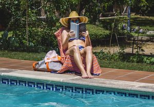 Libros, piscina. Fotos: David de Luis
