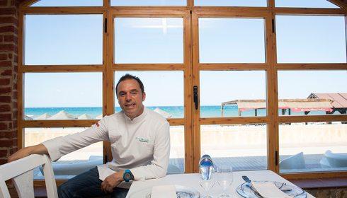 Casa Manolo: El chef Manuel Alonso en su comedor. Foto: Eva Máñez