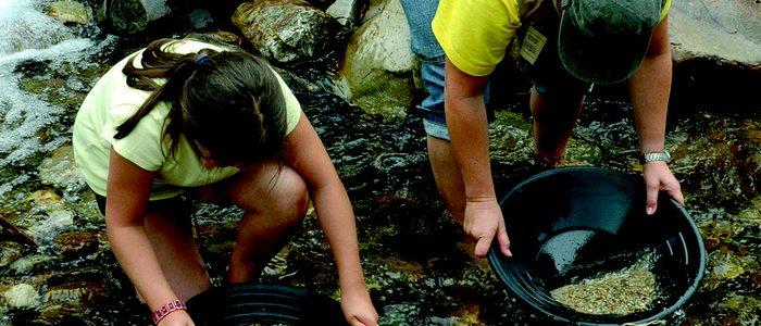 Bateadoras de oro en el río Navelgas