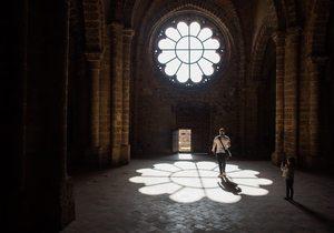 Rosetón y luz que refleja en el interior de la iglesia de Calatrava La Nueva. Foto: Manuel Ruiz